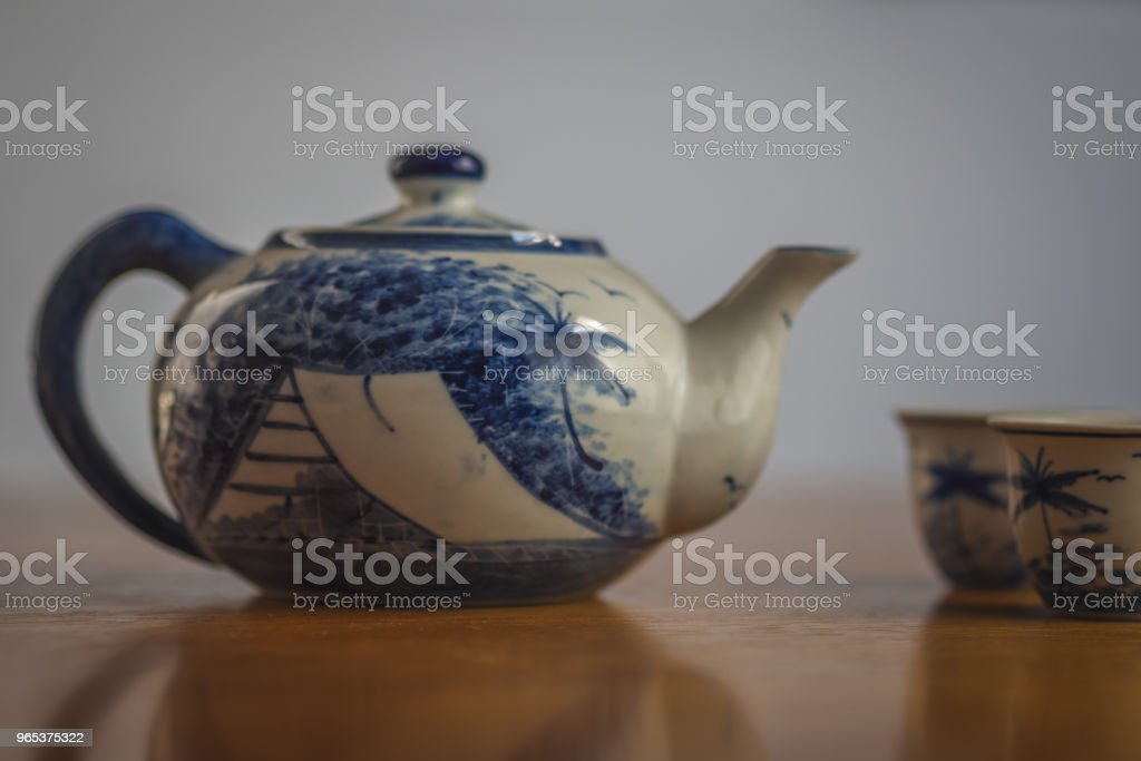 Théière de Chine bleu et blanc avec deux tasses correspondants - Photo de Aliment libre de droits