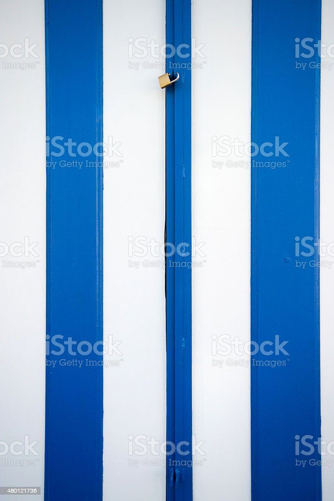 Azul e branco Colonial portas com trava foto royalty-free