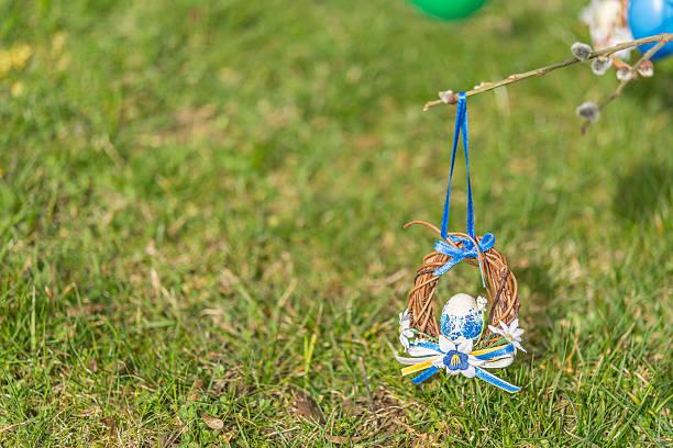 blaue und weiße ostern wappen mit grünes grass - jagd kranz stock-fotos und bilder