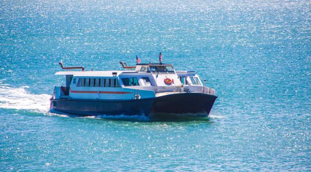 blauwe en witte veerboot in san juan - veerboot stockfoto's en -beelden