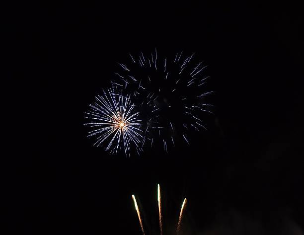 Fuochi d'artificio blu e bianchi stock photo