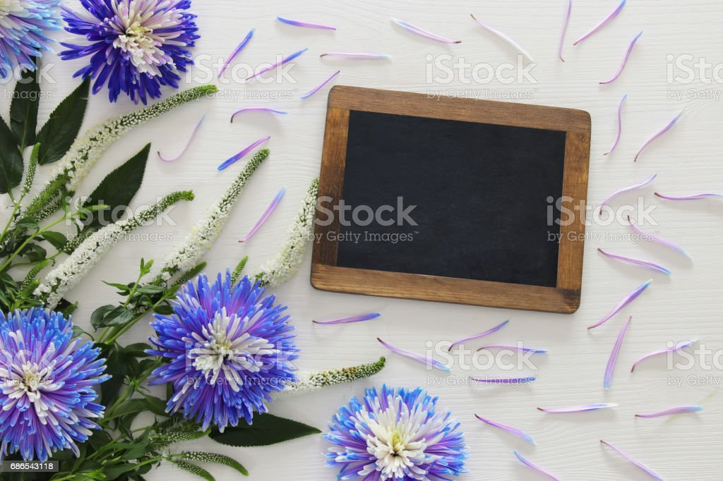 blue and white flowers arrangement and blackboard foto stock royalty-free