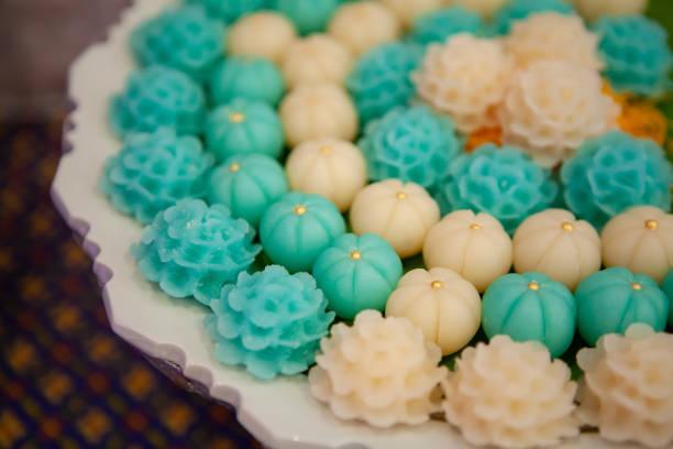 blaue und weiße jasmin allure oder alua, modernen ansatz thai dessert aus mehl style. sehr beliebtes symbol der thai muttertag. - jasmin party stock-fotos und bilder