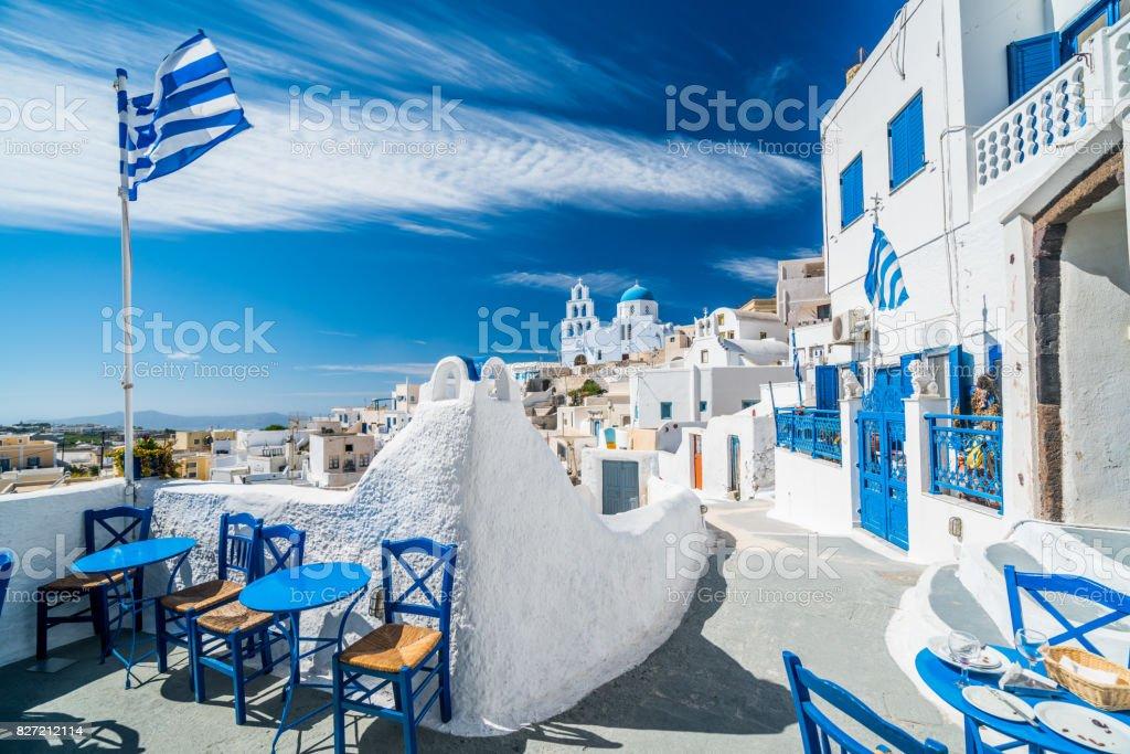 pueblo azul y blanco en isla griega - foto de stock