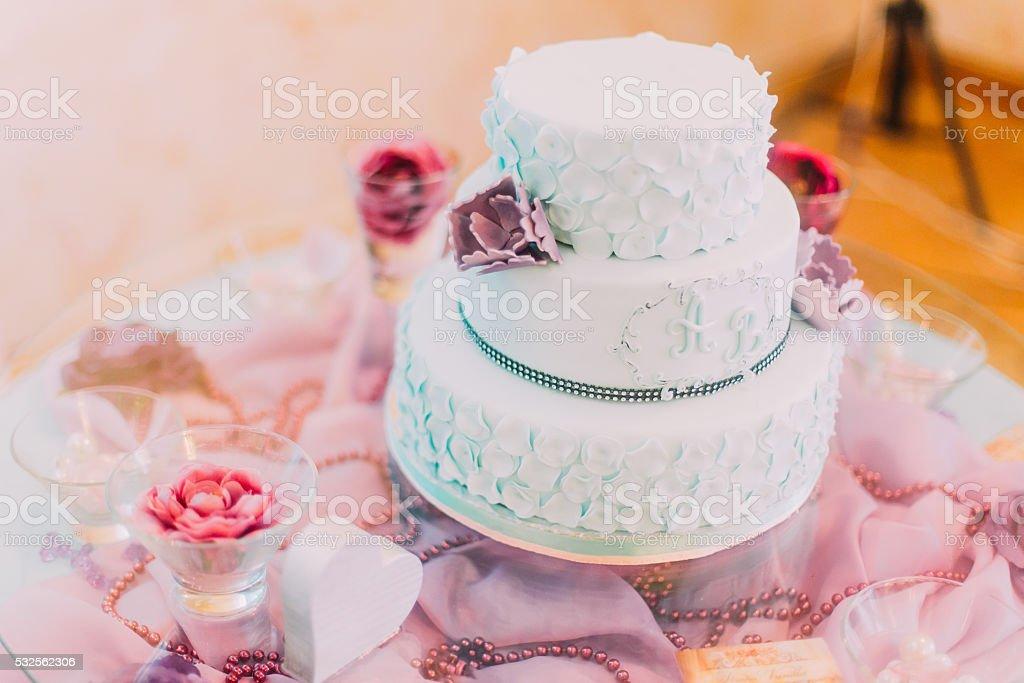 Blauen Und Weissen Hochzeitstorte Dekoriert Mit Lila Blumen Stock