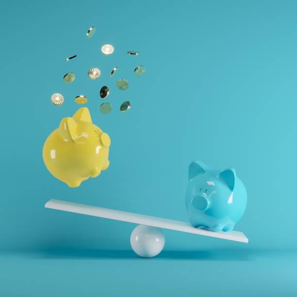Blaue und gelbe Piggys Bank spielt mit Goldmünze auf Wippe auf blauem Hintergrund. minimale Idee lustig Konzept. – Foto