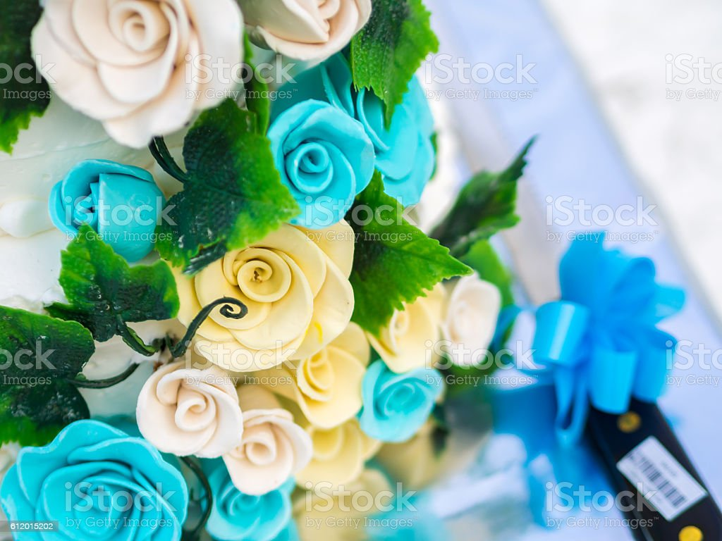 Blue and yellow roses decoration on wedding cake - foto de acervo
