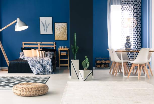 blaue wohnung mit getrennten schlafzimmer - marineblau schlafzimmer stock-fotos und bilder