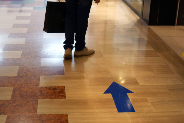 Blue arrows to indicate the path to follow due to social distancing in a shopping center in Lecce in Apulia Blue arrows to indicate the path to follow due to social distancing in a shopping center in Lecce in Apulia, Italy percorso stock pictures, royalty-free photos & images