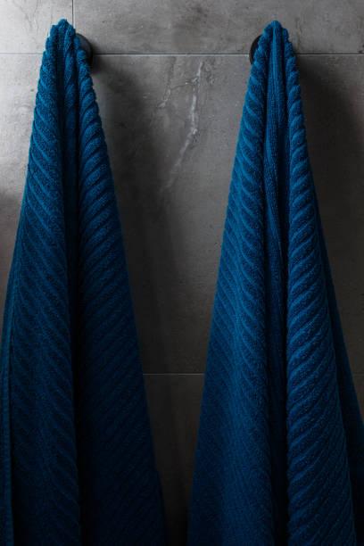 blaue badetücher in modernen wohnung - inneneinrichtungen - badmöbel gäste wc stock-fotos und bilder
