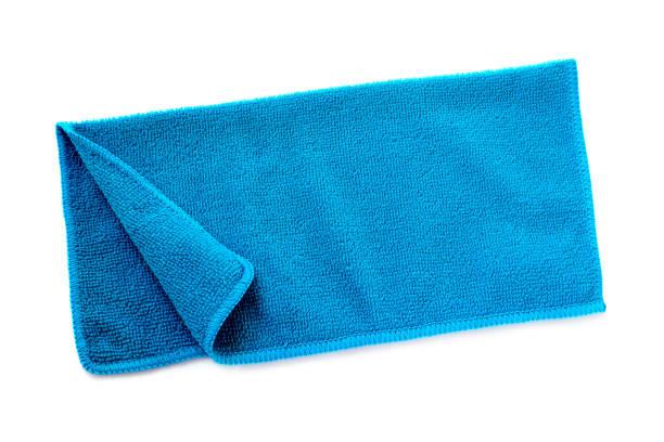 그림자와 흰색 배경에 파란색 비치 타월입니다. 흰색 배경에 고립 된 수건. 파란색으로 접힌 비치 타월. 여름 휴가 개념입니다. - 비치 타월 뉴스 사진 이미지