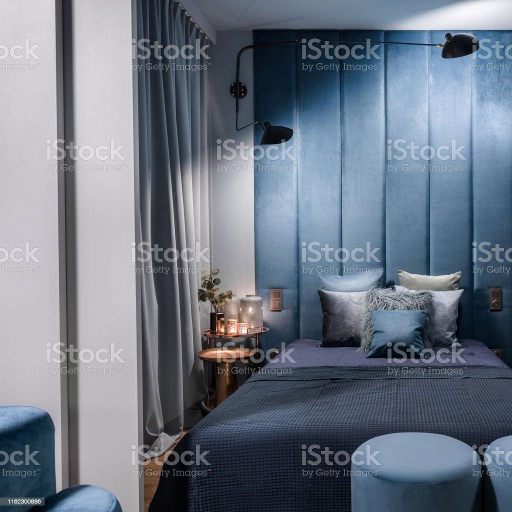 Blaues Schlafzimmer Hinter Schiebetüren Stockfoto und mehr ...