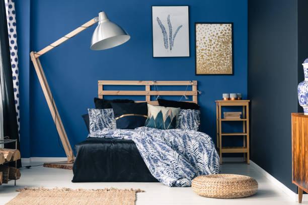 blaue schlafzimmer, hauch von gold - marineblau schlafzimmer stock-fotos und bilder