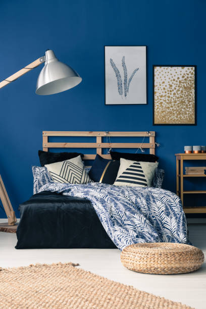 blaues schlafzimmer mit holzmöbeln - nautisches schlafzimmer stock-fotos und bilder