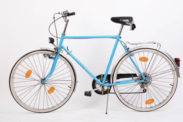 bicicleta azul sobre fondo blanco - bastidor de la bicicleta fotografías e imágenes de stock