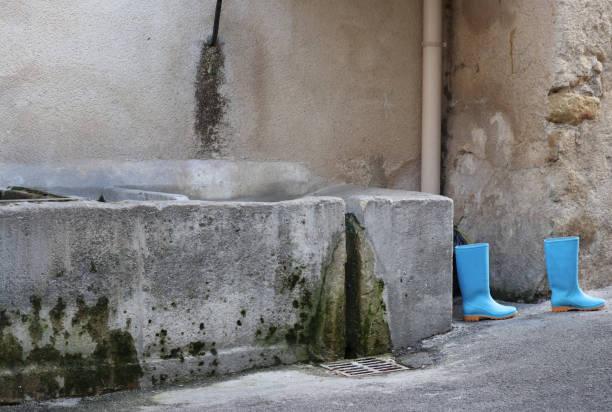 bottes bleues - josianne toubeix photos et images de collection