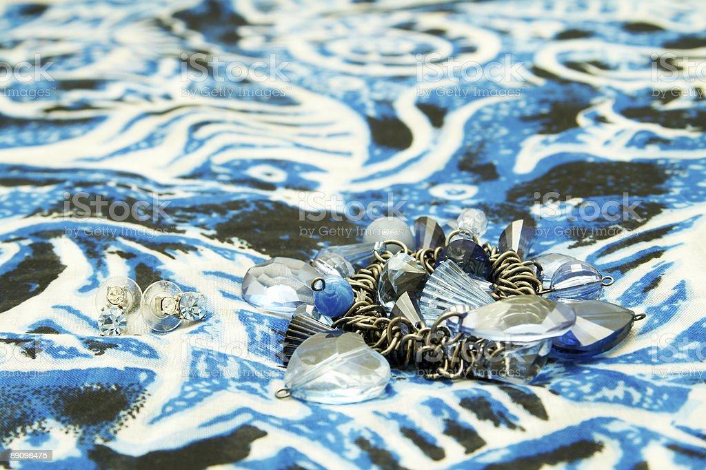 Pulsera azul y en las pendientes de bufanda. foto de stock libre de derechos