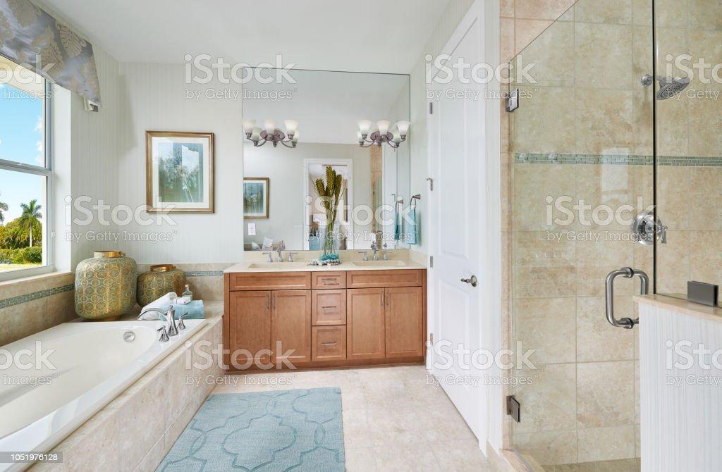 Foto De Um Azul Marrom E Branco Tropical Mestre Banheiro Com