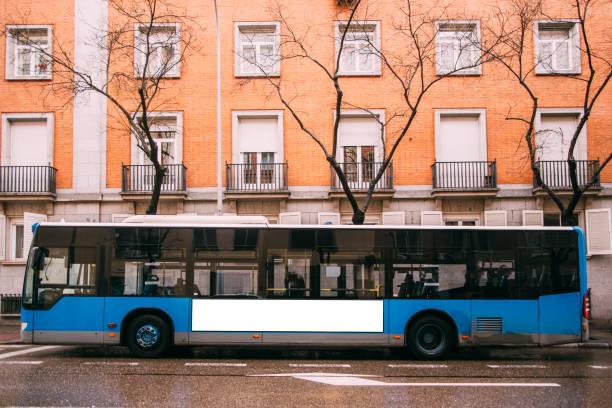 blauer bus auf der straße - bus stock-fotos und bilder