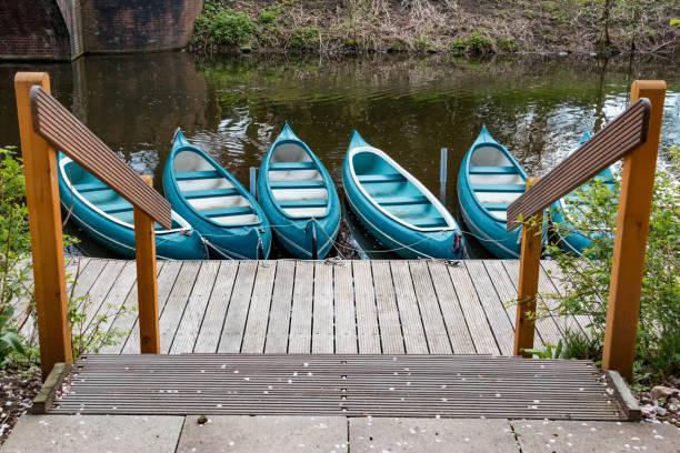 Blaue Kanus am See – Foto