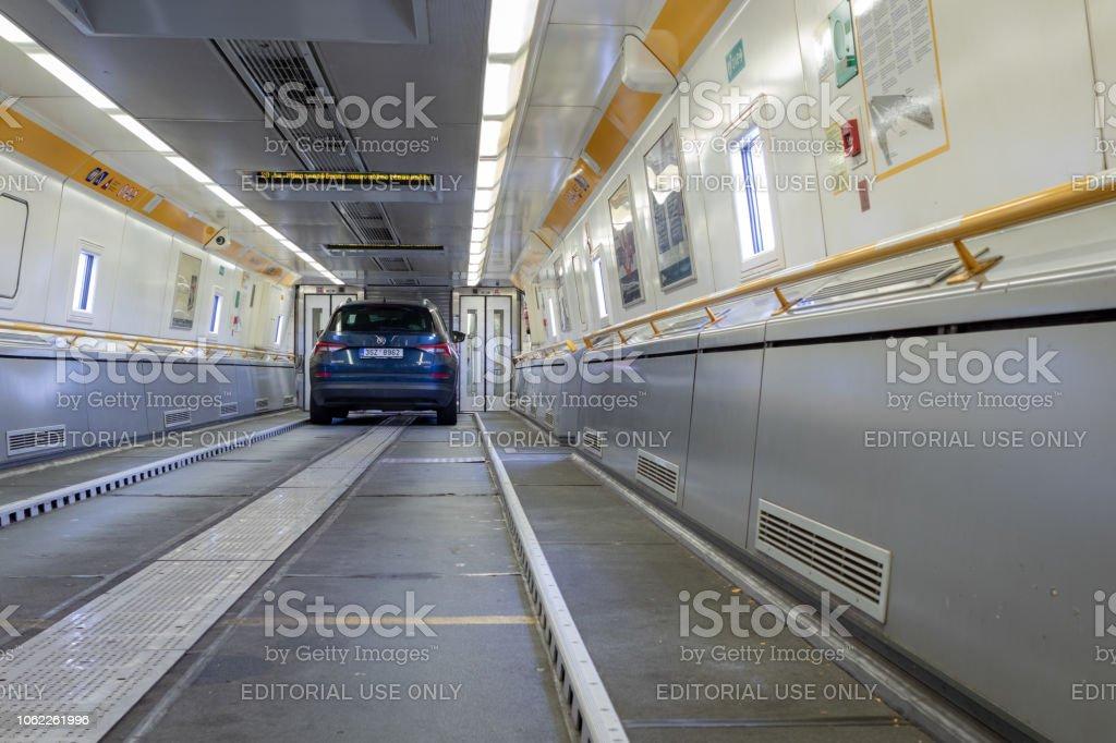 Blauwe Auto Aan Boord Van Eurotunnel Trein Verbinding Maken