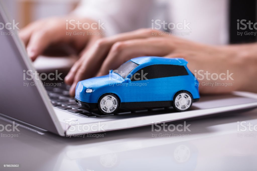 Blaues Auto auf Laptop Tastatur – Foto