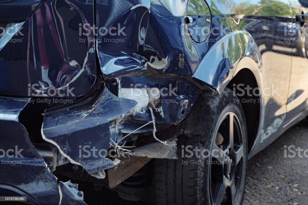 Blaues Auto mit eine große delle auf der hinteren Motorhaube – Foto