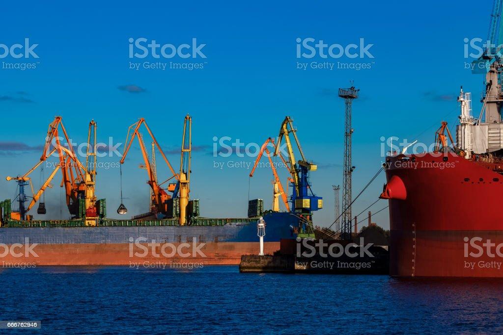Blue cargo ship loading foto stock royalty-free