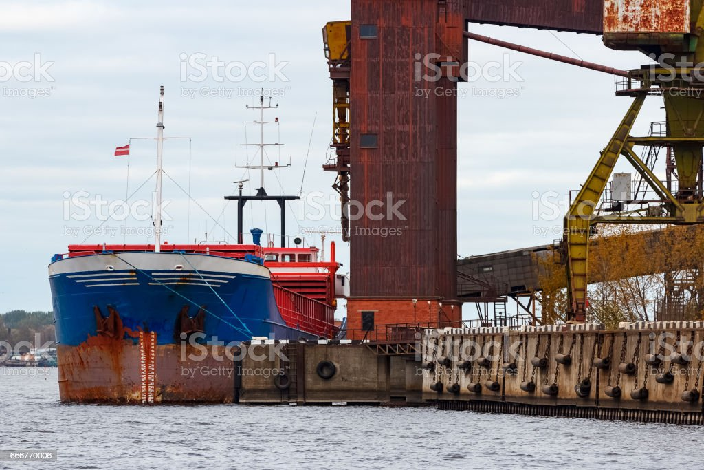 Blue cargo ship loading foto stock royalty-free