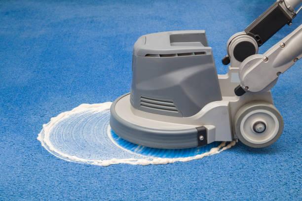 blauw tapijt chemische schuimen, wrijven en reinigen met professioneel schijf machine. vroege voorjaar regelmatig schoonmaken. schoonmaak dienstverleningsconcept. - tapijt stockfoto's en -beelden
