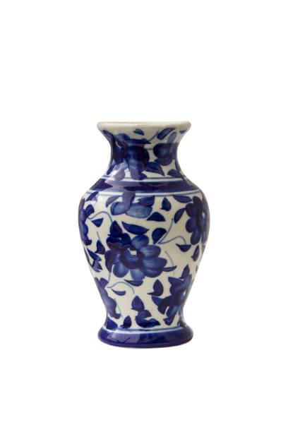 blaue keramikvase isoliert auf weißem hintergrund - keramik vase stock-fotos und bilder
