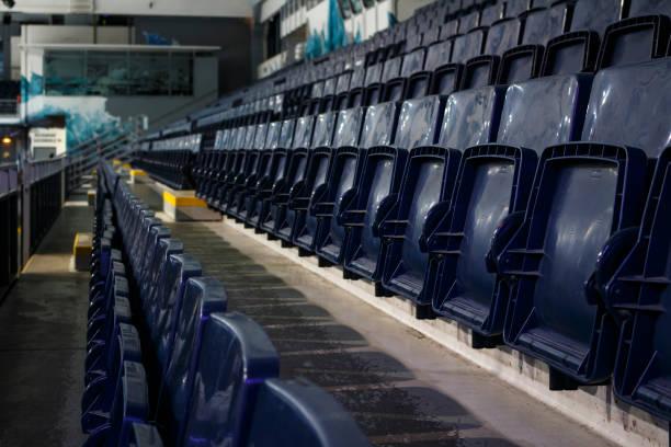 Blaue Stühle in einer Eishockey-Arena, 2015 – Foto