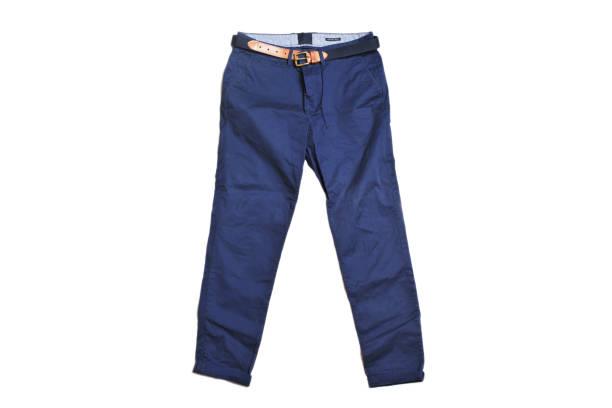 calças chino azuis com a correia de couro marrom isolada no fundo branco. conforto slim fit. hype fashion magazine foto estilo urbano. - calça comprida - fotografias e filmes do acervo