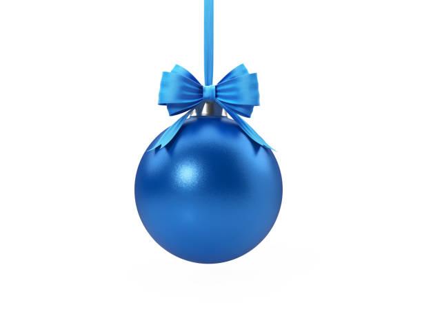 Blue Christmas Bauble amarrado com fita de veludo azul sobre fundo branco - foto de acervo