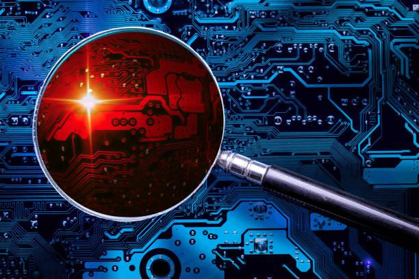 Blaue Leiterplatte Hintergrund von Computer-Motherboard und Lupe Glas mit rot gezoomten Virus-Zone. Ermittlungen wegen Cybersicherheit. – Foto