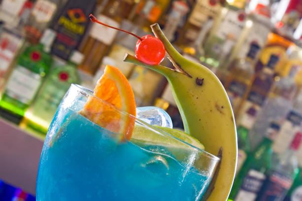 blau cocktail - bananenlikör stock-fotos und bilder