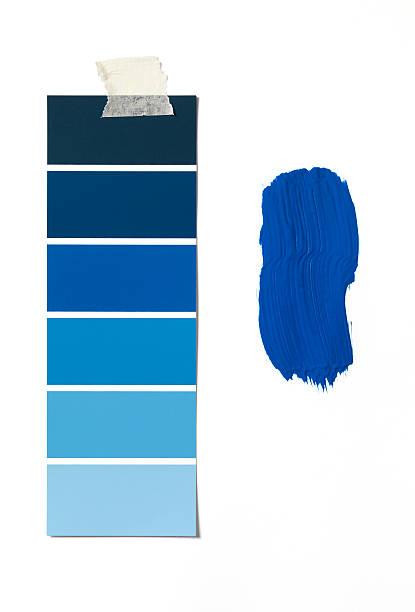 blue colour swatch and paint - kleurenwaaier stockfoto's en -beelden