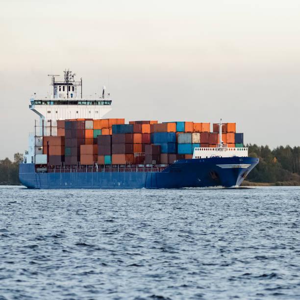 blue container ship - großes 1x1 stock-fotos und bilder
