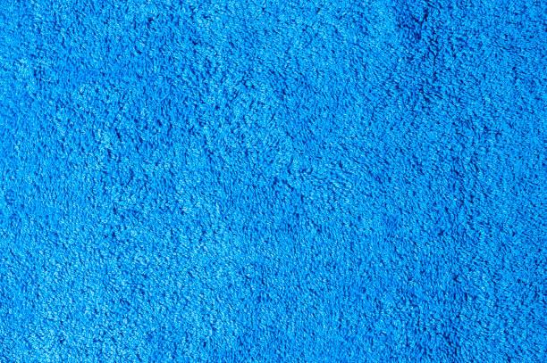 blauer baumwolle-bad-handtuch-hintergrund - teppichmaterial stock-fotos und bilder