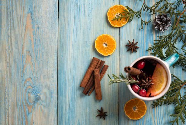 """blauwe kop gluwine met sinaasappel en cinammon op houten tafel kerststemming winter gratis spa's top view """"n - gluhwein stockfoto's en -beelden"""