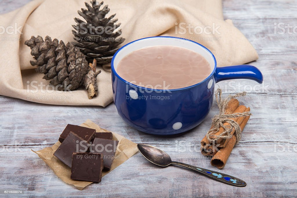 Blue cup of hot chocolate on light wooden background photo libre de droits