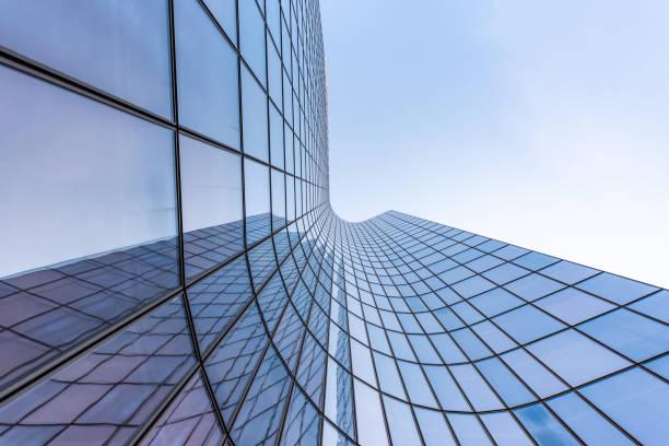 fachada curvada azul do arranha-céus de vidro de encontro ao céu - arranha céu - fotografias e filmes do acervo