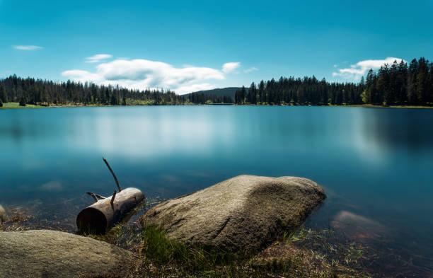 Blauen Stausee Deutschlands mit schönen Wasserspiegelungen und Wald Landschaft und blauer Himmel - Oderteich, harz – Foto