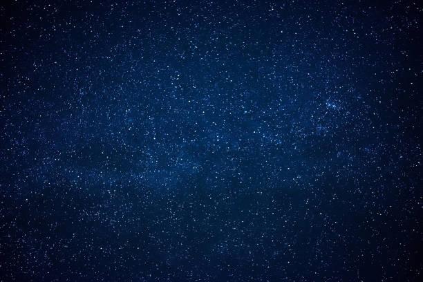 blaue dunklen nachthimmel mit vielen sternen - sternhaufen stock-fotos und bilder