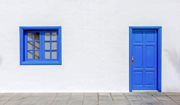 blauen tür und fenster - malerei türen stock-fotos und bilder