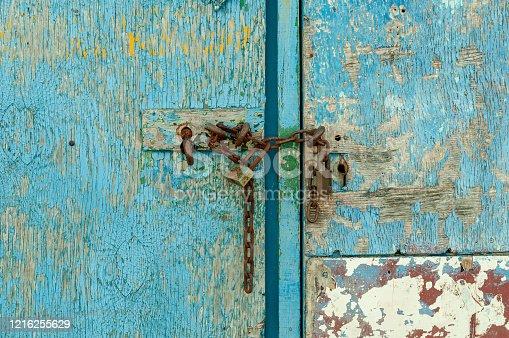 Puerta de entrada con la pintura desgastada