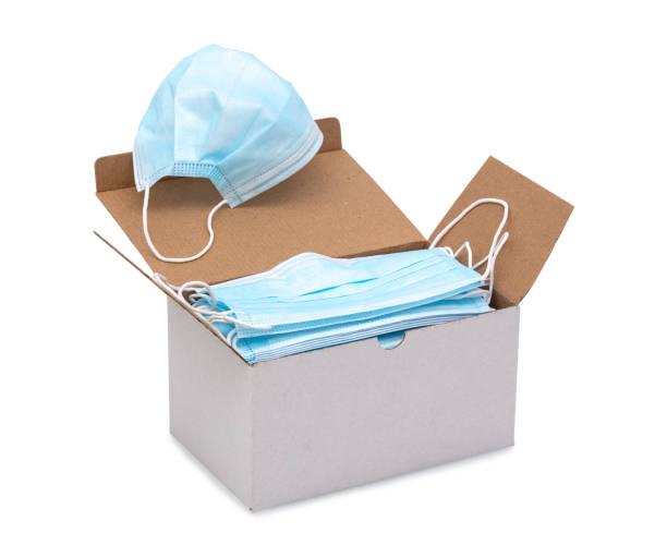 blå öronslinga kirurgiska ansiktsmasker i en låda isolerad på vit bakgrund med urklipp (vektor) väg. disponibel procedurmässig ansiktsmask med formbar nosklämma. skyddsmask med elastiska öronband. - sjukvårdsrelaterat material bildbanksfoton och bilder
