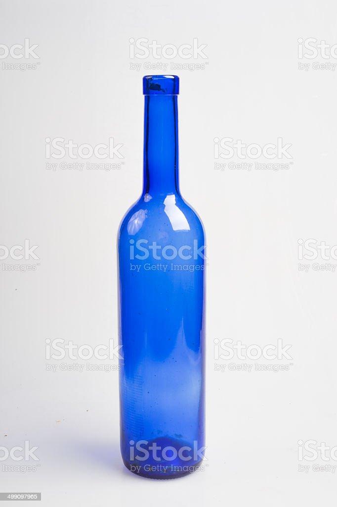 Bleu vide bouteille.  Isolé sur fond blanc - Photo