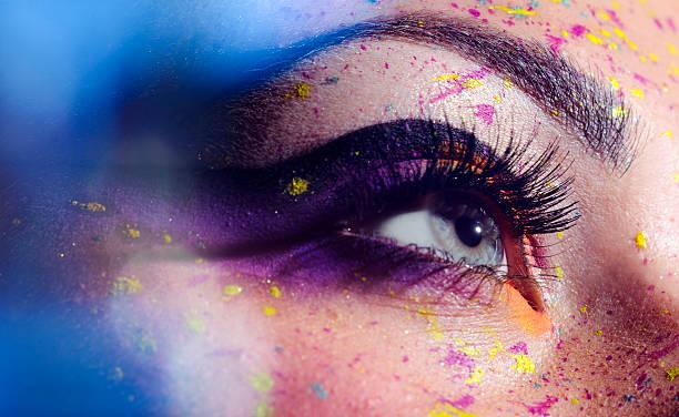 blaues auge mit make-up - lila augen make up stock-fotos und bilder