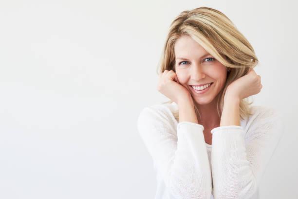blauwe ogen blond in wit - mid volwassen vrouw stockfoto's en -beelden